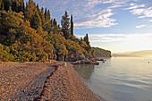 Sonnenaufgang an der kleinen Agni Bay an der Nordostküste der Insel Korfu gelegen, Ionische Inseln, Griechenland