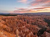 Blick über die stille Stadt vom Randweg am Inspirationspunkt, Morgengrauen, Bryce Canyon Nationalpark, Utah, Vereinigte Staaten von Amerika, Nordamerika