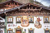 Historische Häuser mit Lüftlmalerei in Wallgau, Oberbayern, Bayern, Deutschland