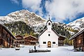 Old mountain hut and chapel on the Oberstalleralm in the Arntal, Innervillgraten, Villgratental, East Tyrol, Tyrol, Austria