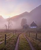 Sonnenaufgang, Nebel, Bauernhof, Buchauer Sattel, Ennstaler Alpen, Österreich