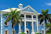 Bahamas, Grand Bahama Island, Freeport, offizielles Gebäude im Kolonialstil, blau gestrichen mit Säulen im Zentrum der Hauptstadt