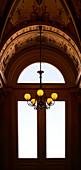 Fenster mit Kronleuchter in der Semperoper Dresden, Dresden, Deutschland