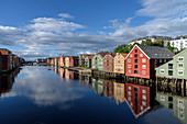 Alte Lagerhäuser entlang der Nidelva, Trondheim, Norwegen