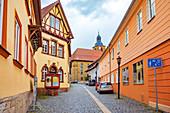 Kirchgasse an der Sankt Johannes der Täufer und Evangelist Kirche in Bad Rodach, Bayern,  Deutschland