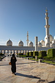 Woman running in front of Sheikh Zayed Grand Mosque (Sheikh Zayed Bin Sultan Al Nahyan Grand Mosque), Abu Dhabi, Abu Dhabi, United Arab Emirates, Middle East