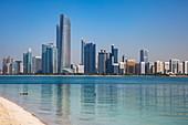 Skyline der Stadt vom Strand beim Heritage Village gesehen, Abu Dhabi, Vereinigte Arabische Emirate, Naher Osten