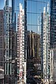 Spiegelung von Gebäuden in einem Wolkenkratzer, Abu Dhabi, Vereinigte Arabische Emirate, Naher Osten