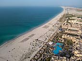 Luftaufnahme der Hotelanlage Saadiyat Rotana Resort & Villas (vorne) und weiterer Strandhotels mit Strand und Meer, Saadiyat Island, Abu Dhabi, Vereinigte Arabische Emirate, Naher Osten