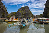 Traditionelle philippinische Banca Auslegerkanus vertäut in der Lagune nahe Kayangan-See, Banuang Daan, Coron, Palawan, Philippinen, Asien