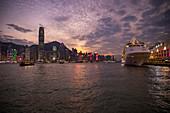 Kreuzfahrtschiff Silver Shadow am Hong Kong Cruise Terminal mit Skyline der Stadt bei Sonnenuntergang, Hong Kong, Hong Kong, China, Asien