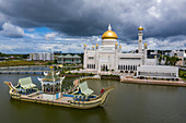 Aerial view of the Royal Barge and Omar Ali Saifuddien Mosque, Sungai Kedayan, Bandar Seri Begawan, Brunei-Muara District, Brunei, Asia
