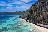 Luftaufnahme von traditionellen philippinischen Banca Auslegerkanus am Dicantuman Beach auf Coron Island, Banuang Daan, Coron, Palawan, Philippinen, Asien