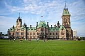 Menschen spielen Fußball auf dem Rasen vor dem Parlamentsgebäude, Ottawa, Ontario, Kanada, Nordamerika