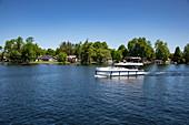 Le Boat Horizon Hausboot auf See mit Häusern am Ufer, Lower Rideau Lake, Ontario, Kanada, Nordamerika