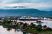 Blick von Brücke auf Hurtigruten Schiff bei Bronnoysund, Norwegen