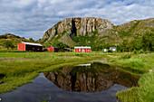 Rote Häusern vor Torghattan, Bronnoysund, Norwegen