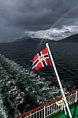Blick vom Hurtigruten Schiff Richard With mit norwegischer Flagge  zwischen Bronnoysund und Rörvik, Norwegen