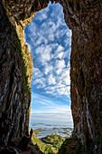 Blick durch das Loch des Torghattan, Bronnoysund, Norwegen