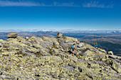 """Wanderung auf den Gipfel Skjerdingen, """"Die Sieben Schwestern"""" sieben Gipfel bei Sandnessjöen, Norwegen"""
