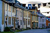 Bunte Wäsche hängt als Deko in der Altstadt von Mosjöen, Norwegen