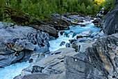 Marmorslottet, ausgewaschene Steine im Fluss in der Nähe von Rossvoll, Norwegen