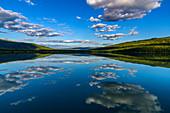 See mit Spiegelung von Wolkenhimmel südlich von Svartisen Gletscher, Norwegen