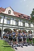 Blasmusik des Trachtenvereins bei der Fronleichnamsprozession im Kloster Benediktbeuern, Oberbayern, Bayern, Deutschland