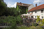 Gartencafe der Wolfsmühle, Forstinning, Oberbayern, Bayern, Deutschland
