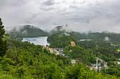 Blick auf Schloss Hohenschwangau und Umgebung mit tiefen Wolken, Schwangau, Oberbayern, Deutschland