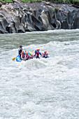 Eine Gruppe von Menschen beim Wildwasser-Rafting auf dem Pacuare-Fluss, Turrialba, Costa Rica
