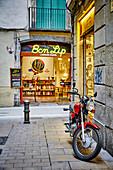 Ein rotes Motorrad geparkt in einer Seitenstraße des gotischen Viertels von Barcelona, Katalonien, Spanien