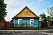 Ein traditionelles altes verwittertes Holzhaus in der Region Grodno, Weißrussland