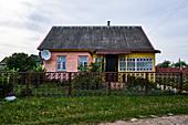 Ein verwittertes altes traditionelles Holzhaus in einem Dorf in der Region Grodno, Weißrussland