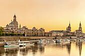 Abendstimmung an der historischen Skyline von Dresden, Sachsen, Deutschland