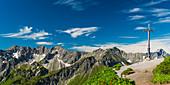 Summit cross on the Fellhorn, 2038m, behind it Schüsser, 2259m, Hochgehrenspitze, 2251m and Walser Hammerspitze, 2170m, Allgäu, Bavaria, Germany, Europe