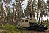 Aufsetzkabine auf einem Ford Ranger mitten im Wald bei Sveg, Jämtland, Schweden