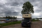 Van vor dunklen Regenwolken am Siljansee, Dälsbo, Dalarna, Schweden