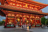 Tourists at the traditional Edo period Hozomon entrance to Sensoji (Asakusa Kannon Temple), Asakusa, Tokyo, Japan