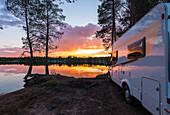 Sonnenuntergang am See in der Nähe von Rovanjemi, Finnland