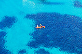 Kanufahren in der Nähe von Cala Mitjana, Menorca, Balearen, Spanien