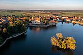 Flechtingen moated castle in the evening sun, built in the 13th century, Schlossteich, Flechtingen, Saxony-Anhalt, Germany