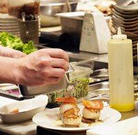 Koch beim anrichten  Suche – StockFood