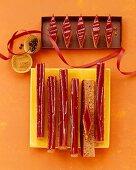 Honigkuchen mit Himbeerglasur in Streifen, Rauten geschnitten