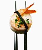 Round nigiri-sushi with shrimps and cress