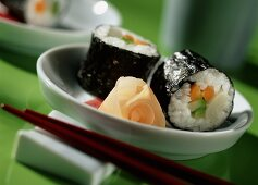 Aspara-maki with courgette and carrot in white bowl