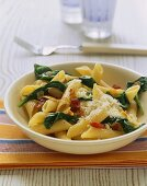 Penne alla romana (Penne with spinach, bacon and garlic)
