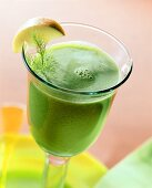 Spinach drink with fennel leaves and wedge of apple