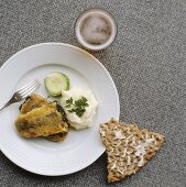 Deep-fried herring fillets with mashed potato and crispbread