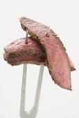 Rindersteakscheiben auf Fleischgabel